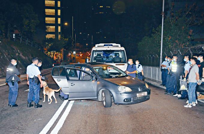 警方擒毒男,帶來緝毒犬搜車。