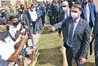 巴西總統博索納羅無視疫情,周一出席巴西利亞一場人群聚集的活動。