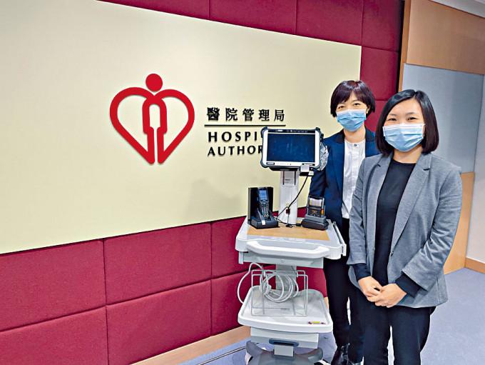 港島西醫院聯網副服務總監(質素及標準)陳穎思(左)表示,藥物處方系統方便醫生之間的溝通。