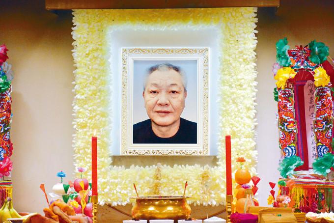 王鍾前晚設靈,昨日舉殯。