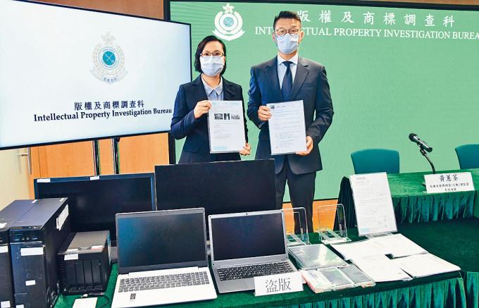 海關監督黃蕙荃(左)及指揮官王誌賢展示檢獲的證物。