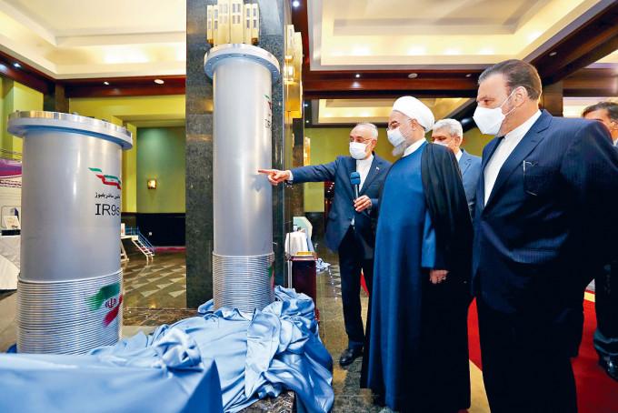 伊朗總統魯哈尼(右二)上周六在德黑蘭參觀新核子成就展。