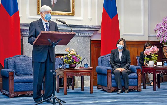 蔡英文昨日在總統府和拜登密友多德(左)見面。