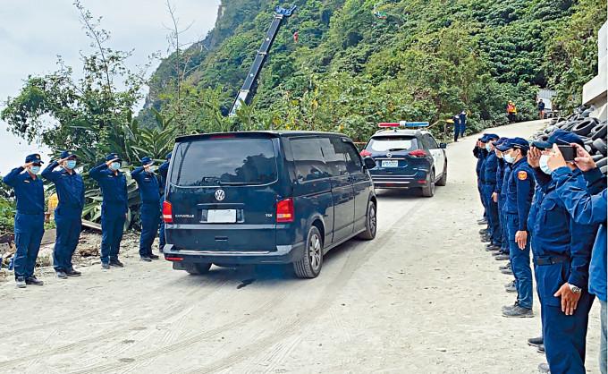 最後一具遺體昨天運走,警員列隊送別。