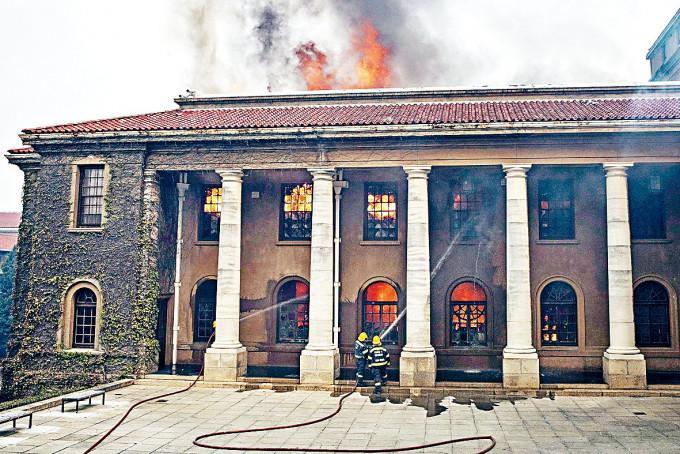 開普敦大學的賈格爾圖書館周日着火焚燒。