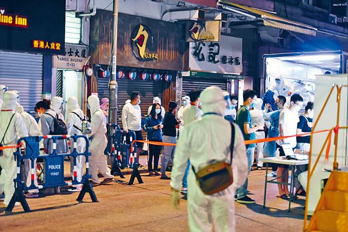 政府昨晚十一時半圍封佐敦伯嘉士大廈,要求居民完成檢測。