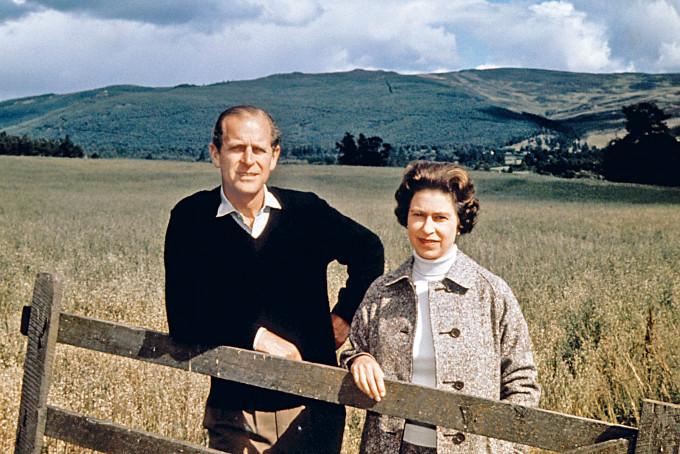 一九七二年九月,英女皇與菲臘親王到蘇格蘭度假慶祝銀婚紀念。