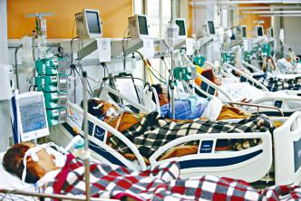 巴西上月起新冠疫症失控,阿雷格里港一所醫院急症室人滿為患。