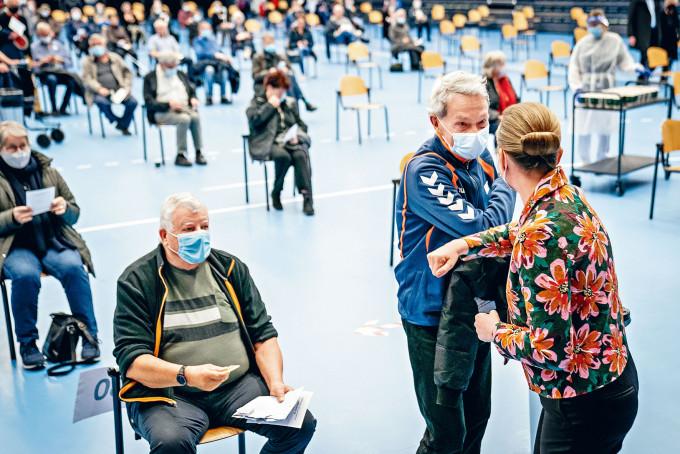 丹麥女首相弗雷澤里克森(右)周一視察新冠疫苗接種中心。