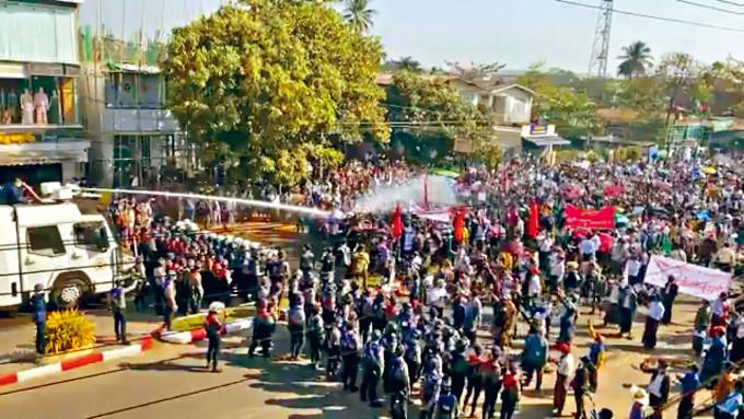 緬甸警察二月初,在勃固市街頭發射水炮,驅散反軍方政變示威者。