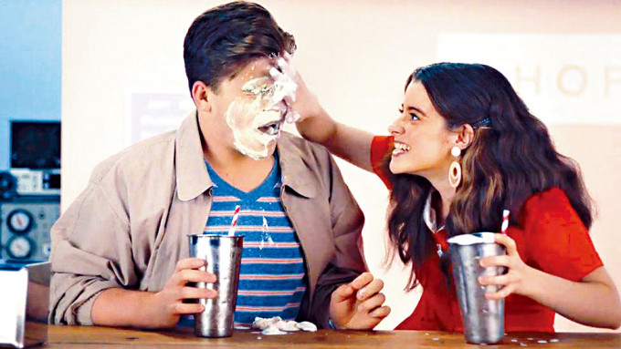 在澳洲政府性教育宣傳片中,一名女子把奶昔塗在男友臉上。