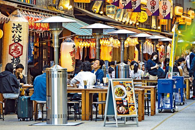 民眾周二在東京的餐廳露天座位用餐。