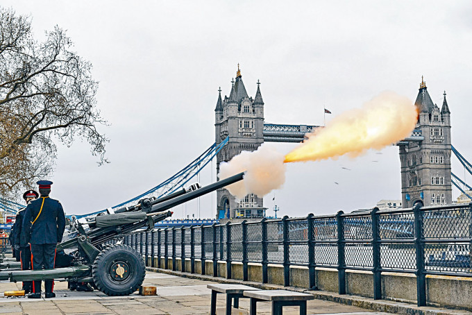 英國皇家禮炮隊在倫敦塔旁鳴炮四十一響,向菲臘親王致敬。
