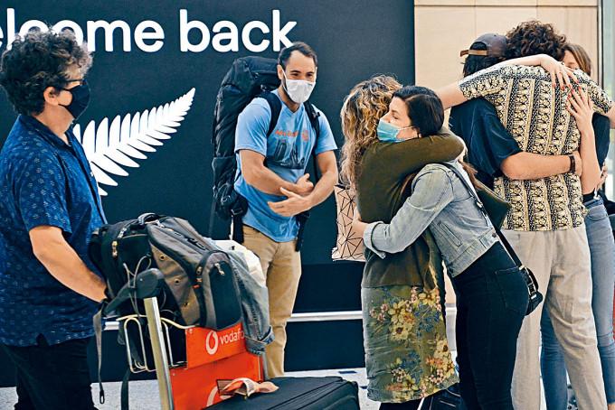 親友周一由紐西蘭抵達雪梨國際機場時相擁。