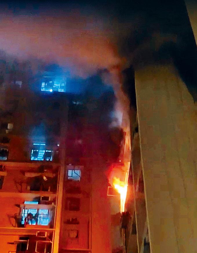 街坊拍下影片可見,起火單位陷入一片火海。