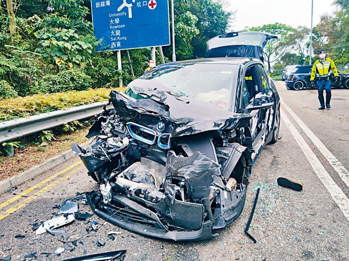 肇事電動車損毀嚴重。