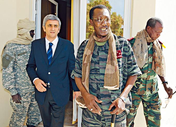 乍得總統代比(右)二〇〇八年與時任法國防長莫蘭在乍得會面。