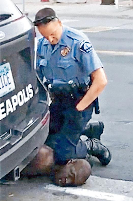 弗洛伊德去年五月遭白人警察肖萬用膝蓋壓頸。