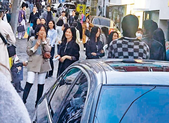 宋慧喬被發現在首爾街頭拍攝新劇,與工作人員談笑風生。