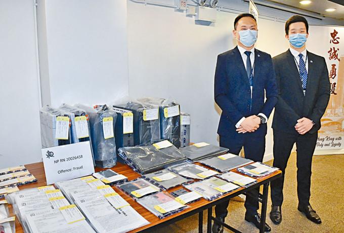 總督察盧彥霖(左)講述案情及展示文件和電腦等證物。