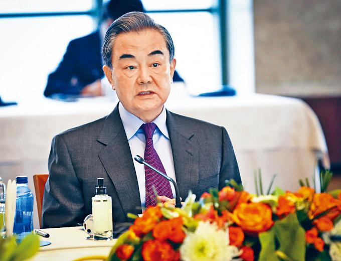 王毅與日本外相茂木敏充(下圖)通電話。