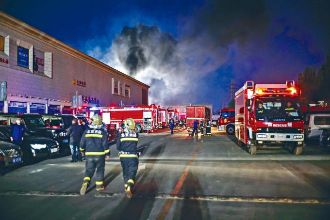 大批消防車到場。