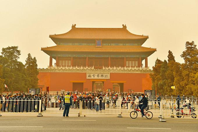 三月的北京沙塵暴,令天空變成黃色。