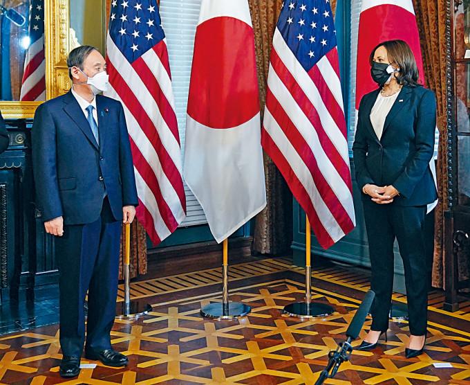 美日領袖在白宮舉行峰會前,美國副總統賀錦麗(右)在她的辦公室會見菅義偉。