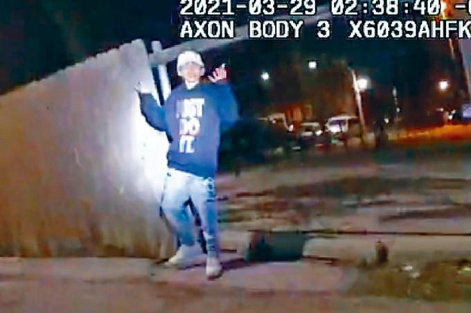 托萊多被槍殺前舉起雙手。