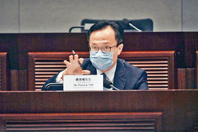 公務員事務局局長聶德權稱,共一百二十九名公僕沒有簽署聲明。