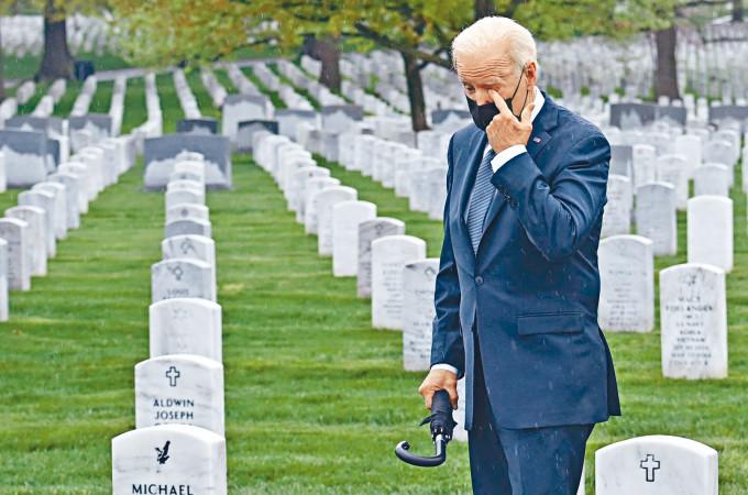 拜登周三到維州阿靈頓國家公墓向在阿富汗戰場犧牲的美軍致敬,期間他一度用手抹淚。