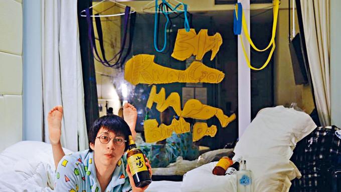隔離中的坤哥在酒店搞睡衣派對慶生,還大擺港女pose玩自拍。