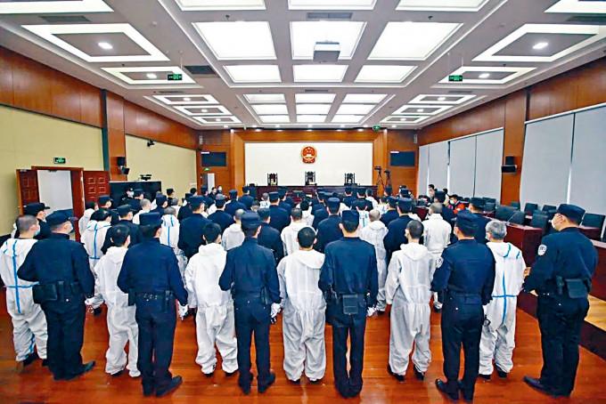 四十多名台灣電騙犯昨日在北京受審。