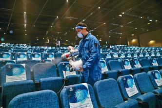 職員加強船上的清潔,確保船上的衞生。