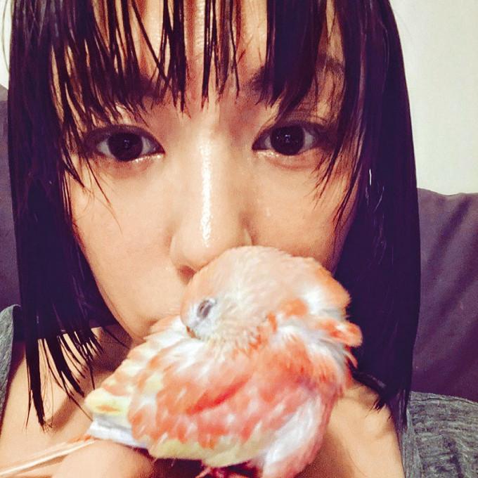 心悠對住小鸚鵡Makiki母愛爆棚。