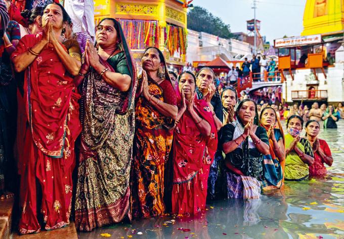 印度赫爾德瓦爾市大批善信,周日在恆河慶祝大壺節。