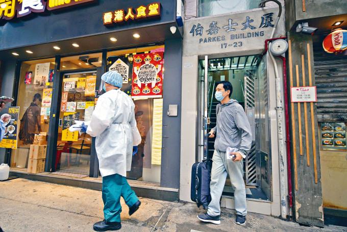 患者暫住的佐敦伯嘉士大廈,全部居民及樓下店鋪人員均須接受檢測。