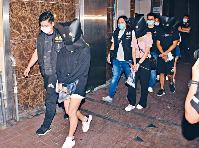 警方搗破工廈無牌酒吧,拘捕負責人及酒客帶署。