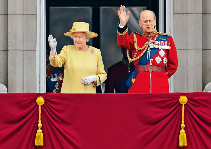 菲臘親王(右)數十年來一直陪伴英女皇身邊。