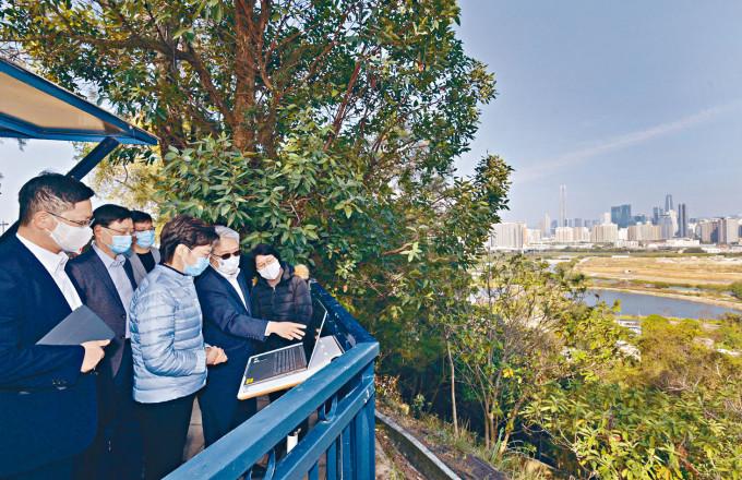 林鄭(左四)早前曾視察落馬洲河套地區各項工程和計畫的進展。