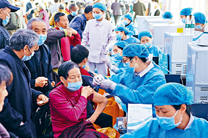 重慶市民排隊接種新冠疫苗。