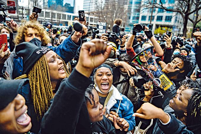 大批民眾周二聚集明尼阿波利斯市一所政府中心外,在聽到白人警員肖萬罪成後歡呼。