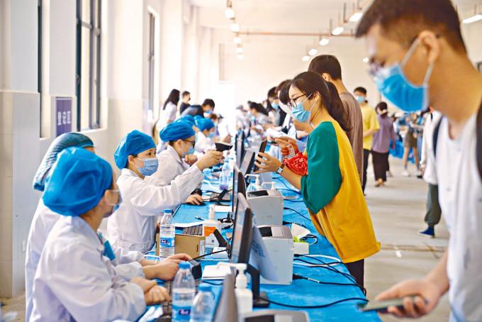 雲南省為大學生接種新冠疫苗。