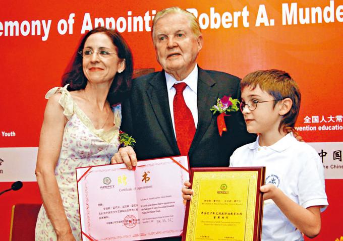 蒙代爾與夫人及兒子〇七年攝於北京。