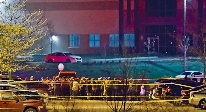 人們聚集在出事的聯邦快遞設施外面。
