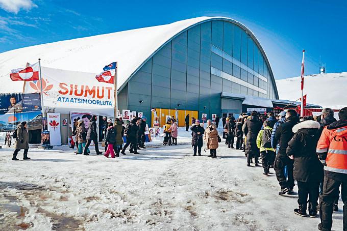 格陵蘭選民周二在首都努克的一個票站,排長龍等候投票。