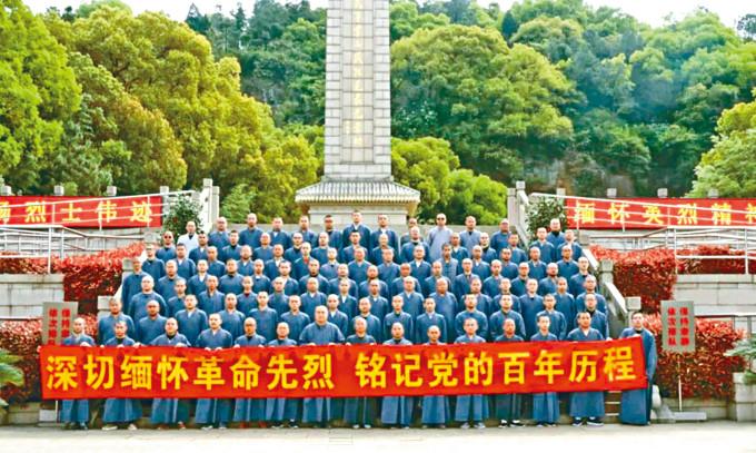 江蘇佛學院寒山學院法師學僧赴蘇州烈士陵園掃墓。