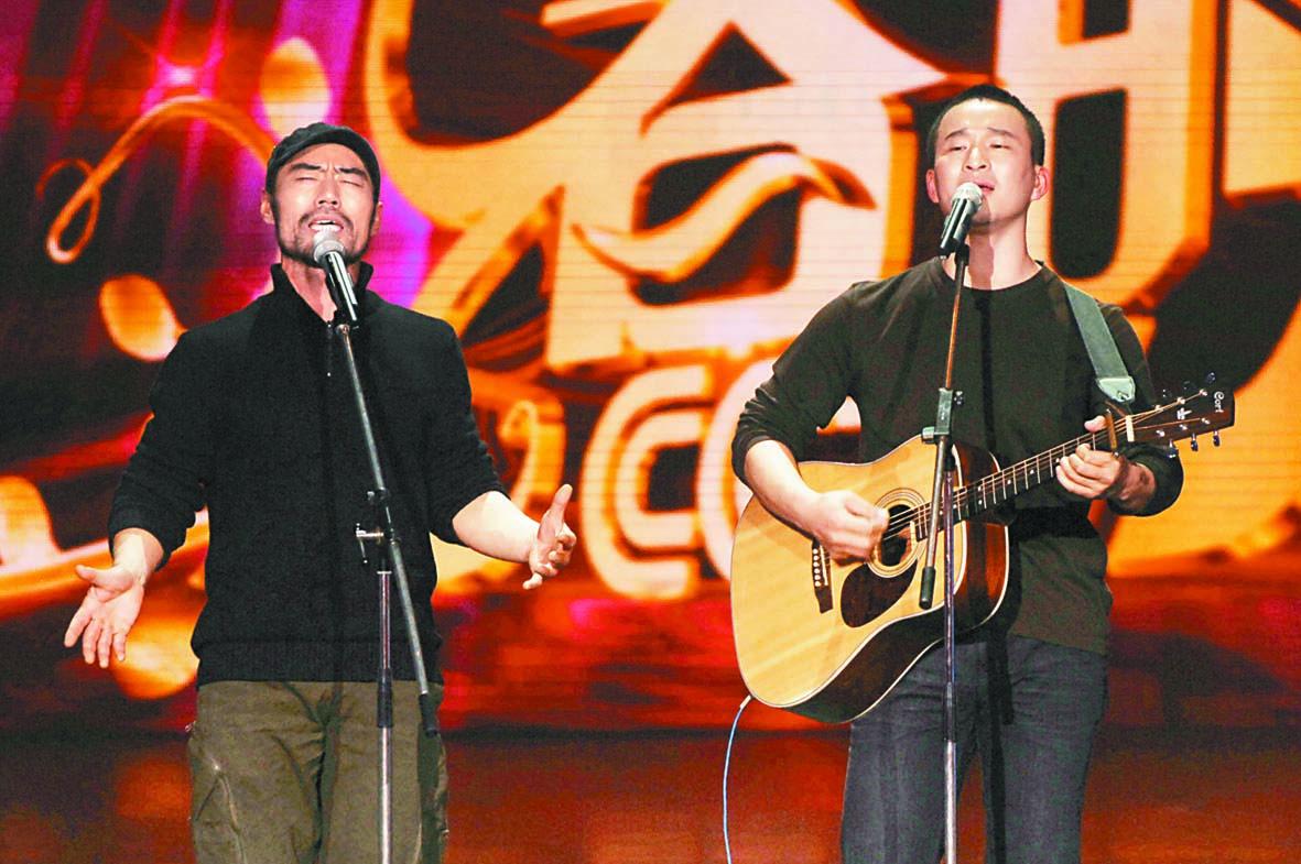 ■旭日陽剛2011年在「我要上春晚」節目錄制現場 (上圖);下圖為兩人在街頭演唱。 資料圖片/網上圖片