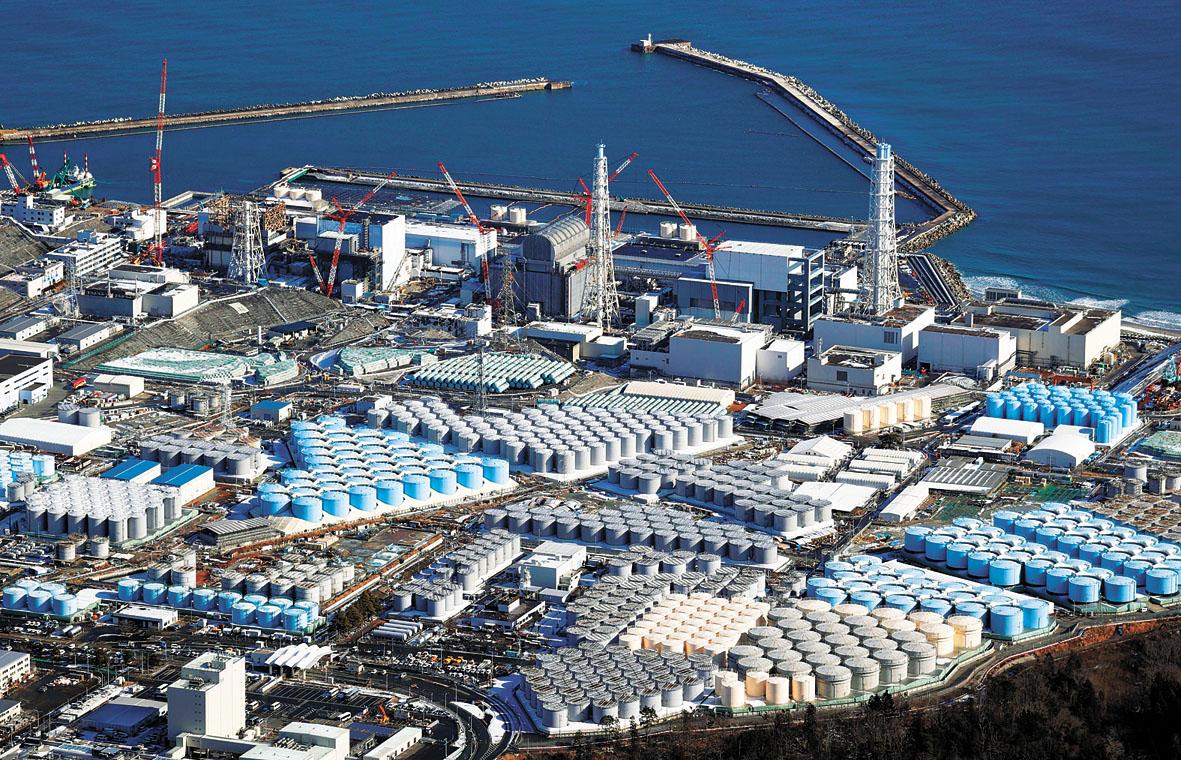 日本政府基本決定,目標在兩年後將福島第一核電站在「311」核災後產生的含氚核廢水,稀釋後排入海。圖為航空照片顯示的福島第一核電站。美聯社