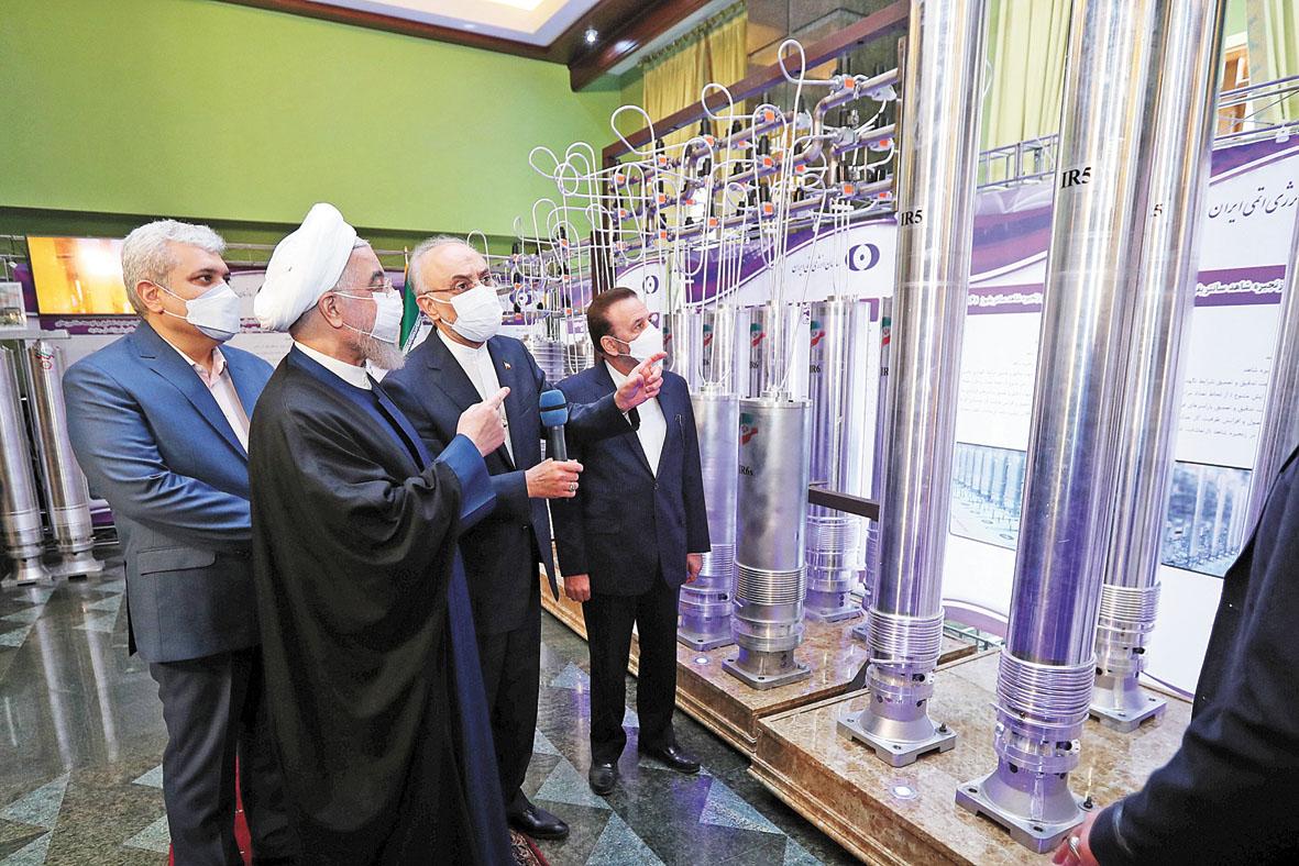 伊朗總統魯哈尼(左二)10日在德黑蘭參觀伊朗核成就回顧展。路透社